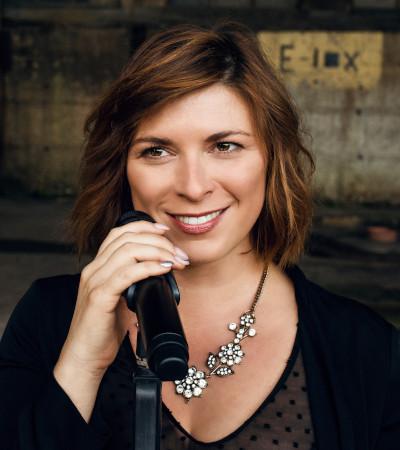 Janine Hoffmann aka J9 Sängerin & Moderatorin - Entprima Live | Pop-Lounge-Dance MusicDuo
